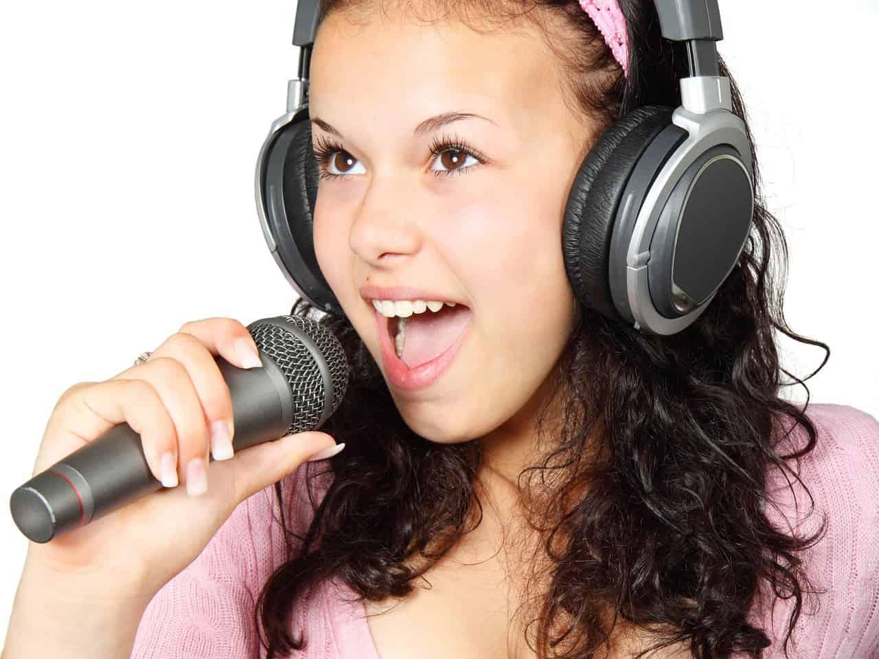 ילדה שרה שיר