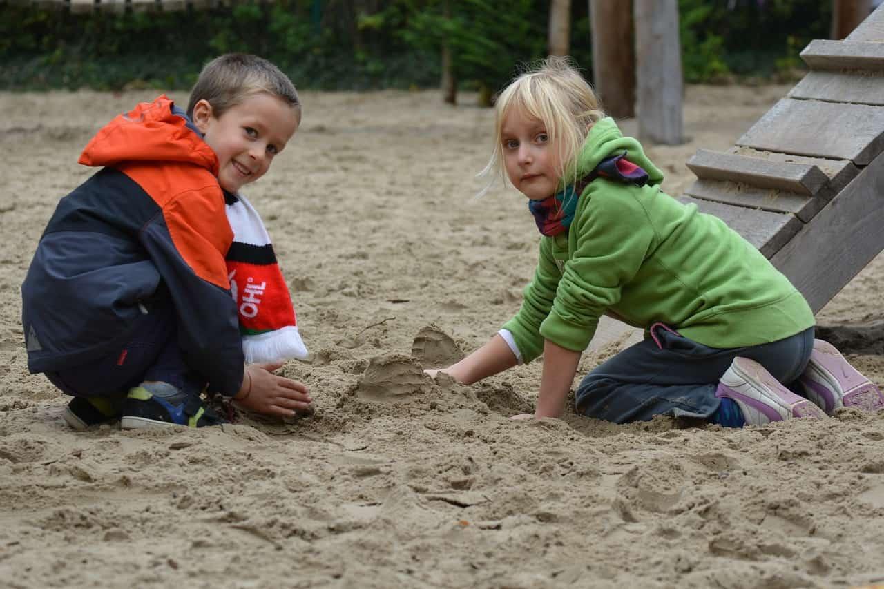 ילדים משחקים בחול