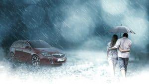 זוג עומד בגשם ליד הרכב