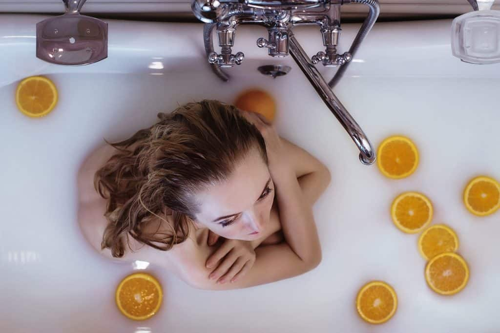 אישה יושבת בתוך אמבטיה