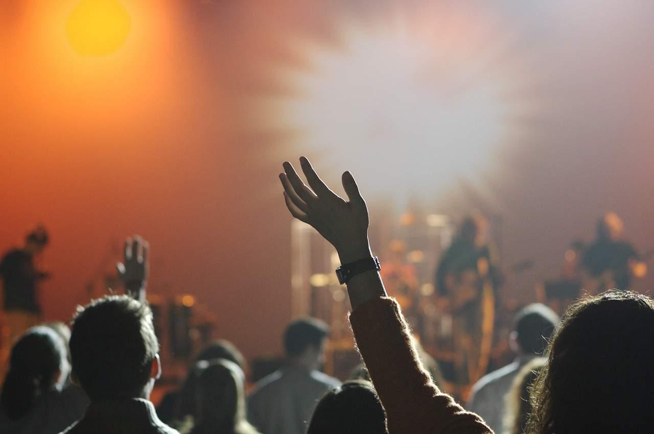 ידיים מורמות באוויר בזמן הופעה