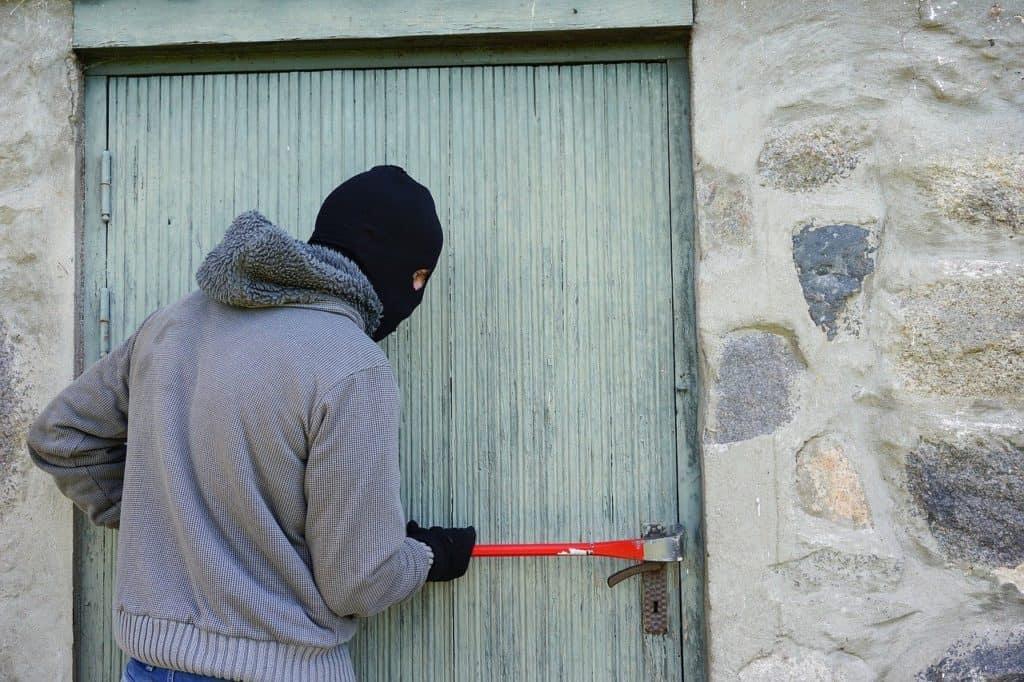 גנב פורץ דלת